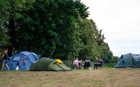 Festivalstemning i campen