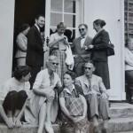 Hindsgavl Slot ved Middelfart har siden 1950'erne haft klassiske musikdage med overnatning. Her er det gæster på terrassen ved festivalen i 1955. © Hindsgavl Festival