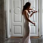 Violinpige i foyer