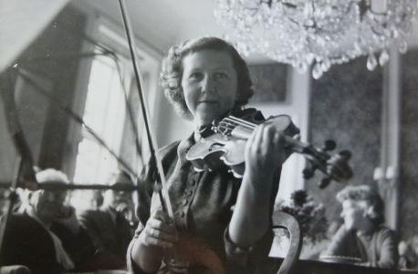 Hindsgavl-Festival-1955-violinpige